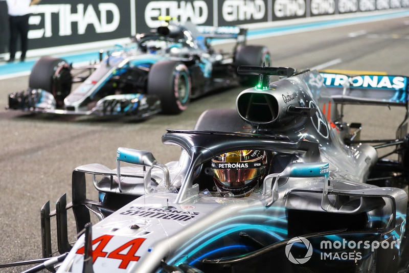 Lewis Hamilton, Mercedes AMG F1 W09 EQ Power+, e Valtteri Bottas, Mercedes AMG F1 W09 EQ Power+, ritornano in griglia, dopo le Qualifiche