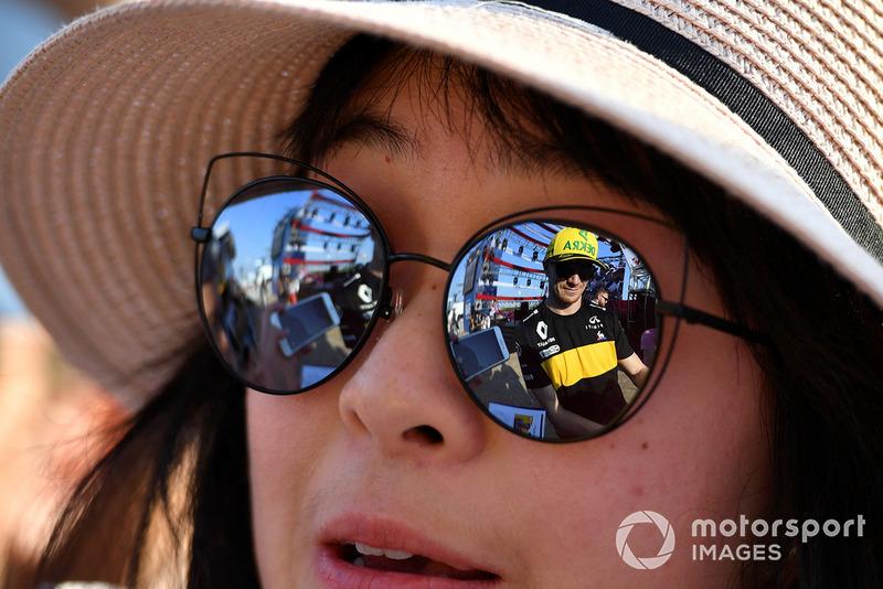 Nico Hulkenberg, Renault Sport F1 Team reflejado en gafas de sol