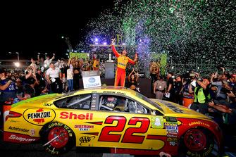 Joey Logano, Team Penske, Ford Fusion Shell Pennzoil, festeggia dopo la vittoria del campionato