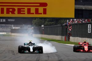 Valtteri Bottas, Mercedes AMG F1 W09 EQ Power+, bloquea sus frenos mientras lucha con Kimi Raikkonen, Ferrari SF71H