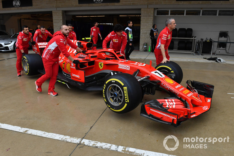 Mecánicos de Ferrari con el Ferrari SF-71H en el pit lane