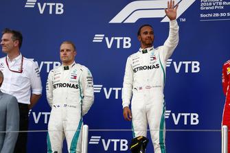 Racewinnaar Lewis Hamilton, Mercedes AMG F1, tweede plaats Valtteri Bottas, Mercedes AMG F1 en James Allison, technisch directeur, Mercedes AMG op het podium
