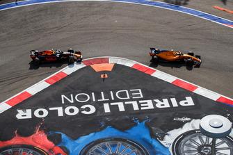 Stoffel Vandoorne, McLaren MCL33, leads Daniel Ricciardo, Red Bull Racing RB14