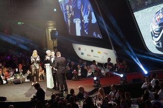 David Richards sur scène pour remettre le prix de pilote de rallye de l'année à Sébastien Ogier