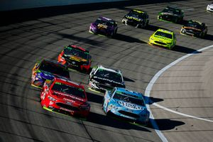Ryan Blaney, Team Penske, Ford Fusion Menards/Wrangler Riggs Workwear and Kevin Harvick, Stewart-Haas Racing, Ford Fusion Busch Light lead a pack