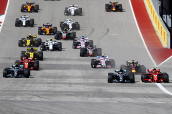 Lewis Hamilton, Mercedes AMG F1 W09 EQ Power+, battles with Kimi Raikkonen, Ferrari SF71H, ahead of Valtteri Bottas, Mercedes AMG F1 W09 EQ Power+, Daniel Ricciardo, Red Bull Racing RB14, Sebastian Vettel, Ferrari SF71H, and the rest of the field at the start