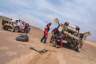Giniel de Villiers helpt Bernhard ten Brinke, Toyota Gazoo Racing