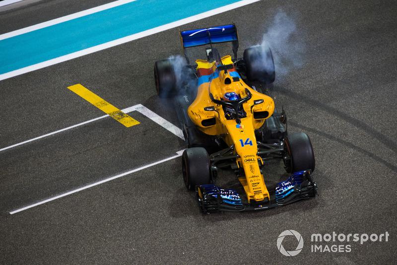 Fernando Alonso, McLaren MCL33, hace donuts al final de su última carrera