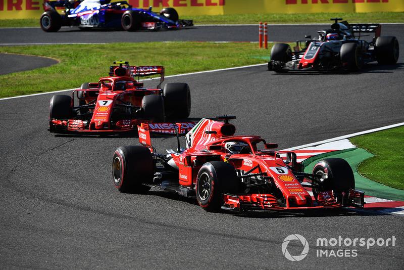 Sebastian Vettel, Ferrari SF71H, Kimi Raikkonen, Ferrari SF71H y Romain Grosjean, Haas F1 Team VF-18