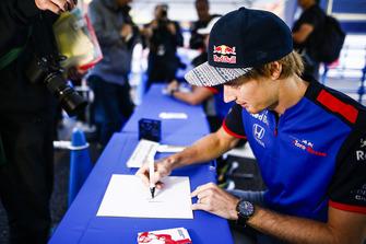 Brendon Hartley, Scuderia Toro Rosso, signe un autographe