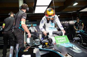Stoffel Vandoorne, HWA Racelab, VFE-05 in the garage