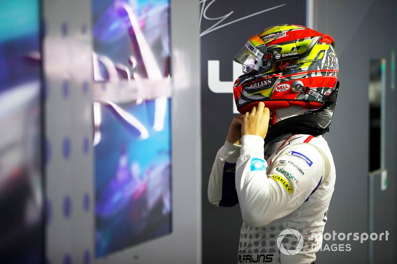 Robin Frijns, Envision Virgin Racing puts his helmet on in the garage