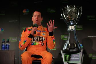 Kyle Busch, pilota dell'auto #18 M&M's Toyota, parla con i media durante il media day