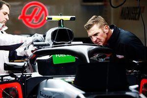 Clint Bowyer in de Haas-pitbox