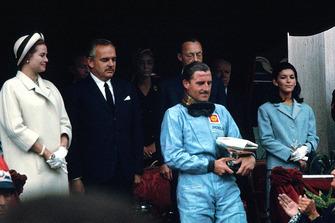 Le vainqueur Graham Hill, avec le Prince Rainier et Grace Kelly
