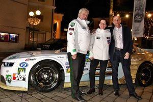 Ellen Lohr mit Df1 Motosport-Chef Norbert Walchhofer und Dexwet CFO Alexander Wiesmüller