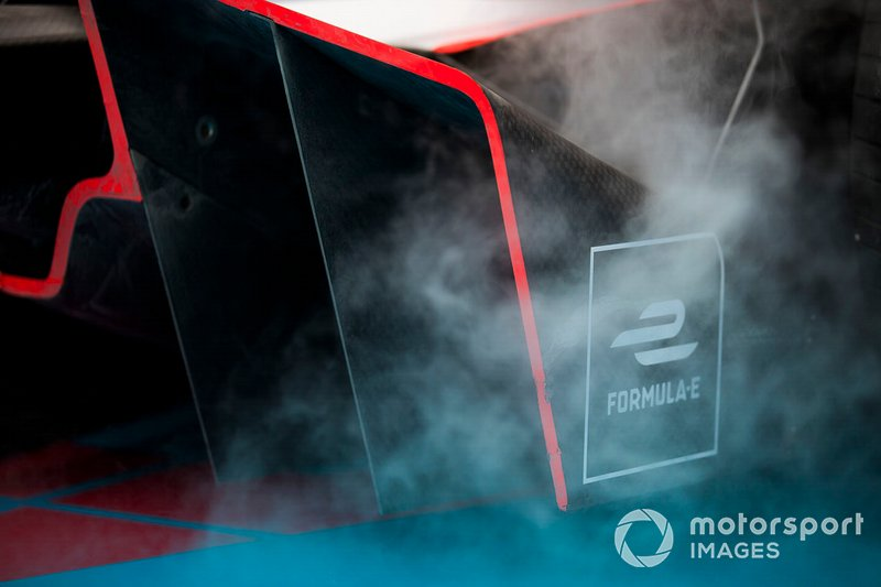 Fumo dalla monoposto di Jérôme d'Ambrosio, Mahindra Racing, M5 Electro