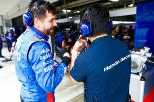 Toyoharu Tanabe, F1 Technical Director, Honda, speaks to an engineer