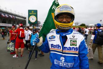 Un fan déguisé en Ayrton Senna