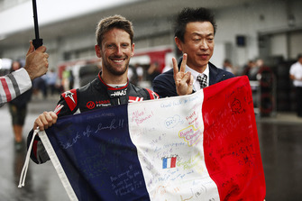 Romain Grosjean, Haas F1 Team, celebrates his qualifying result by holding a Tricolore decorated in messages.