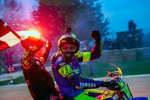 Valentino Rossi en Franco Morbidelli vieren hun overwinning op het podium