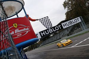 Drapeau à damiers, #162 Ferrari 488, Team Zenit Sion - Lausa: Christophe Hurni