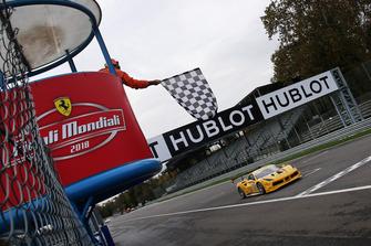 Bandiera a scacchi, #162 Ferrari 488, Team Zenit Sion - Lausa: Christophe Hurni