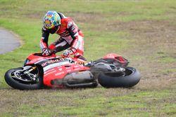 Chaz Davies, Aruba.it Racing - Ducati Team essaie de relever sa moto après une chute