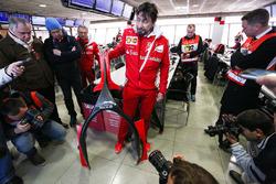 Alberto Antonini, Ferrari Pressechef spricht über das Halo-Cockpit-cover mit der Presse