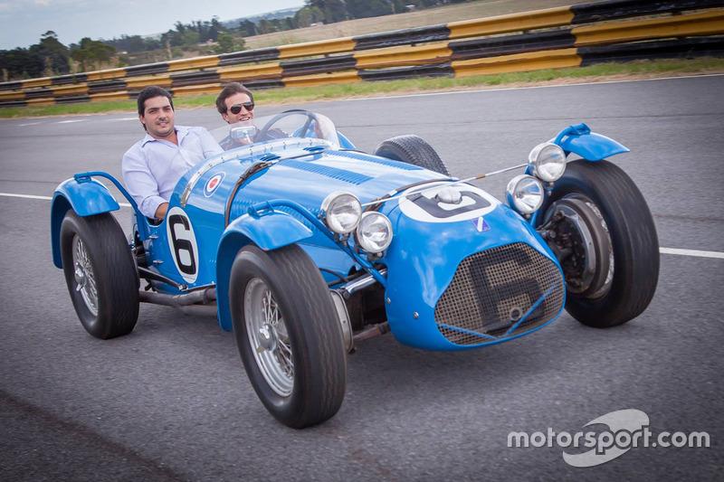 Jérôme d'Ambrosio, Dragon Racing conduit une voiture classique lors d'une visite à la maison et au musée Juan Manuel Fangio