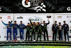 Подиум: победители - Скотт Шарп, Эд Браун, Йоханнес ван Овербек и Пипо Дерани, #2 Extreme Speed Moto