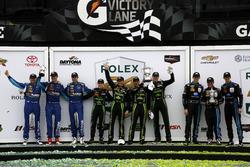 P组领奖台: 冠军#2极速车队 李吉尔JS P2 HPD:斯科特•夏普、埃德•布朗、约翰内斯•范奥弗比克、皮波•德拉尼;亚军#10 韦恩•泰勒车队 克尔维特DP:里奇•泰勒、马克思•安格尔拉里、乔丹•