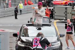 Le vainqueur Lewis Hamilton, Mercedes AMG F1 fête sa victoire après le podium