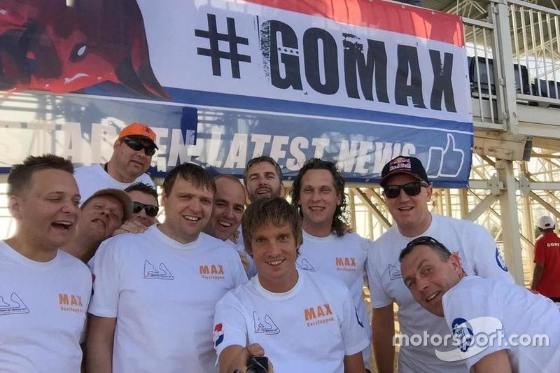 Fans van Max Verstappen met spandoek #GoMax