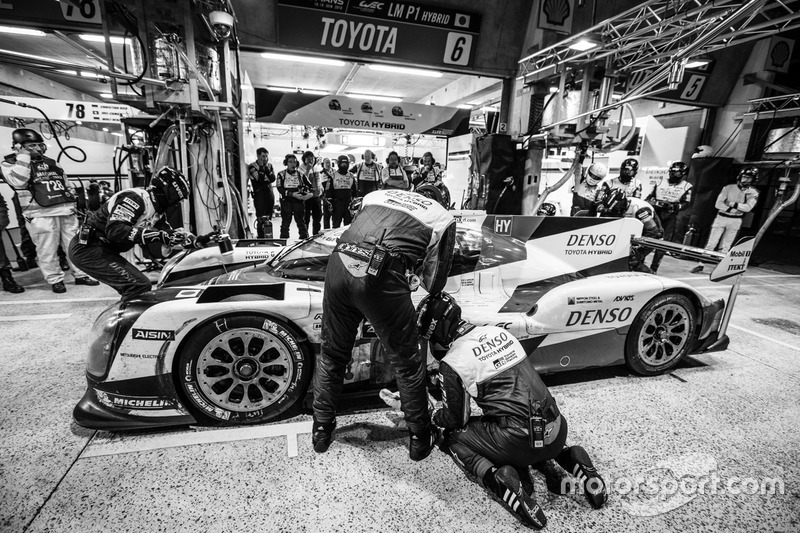 Пит-стоп экипажа Стефан Сарразен, Майк Конвей и Камуи Кобаяши, #6 Toyota Racing Toyota TS050 Hybrid