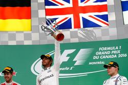 Le vainqueur Lewis Hamilton, Mercedes AMG F1 sur le podium