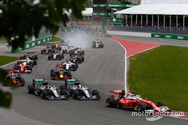 Lewis Hamilton, Mercedes AMG F1 W07 Hybrid y Nico Rosberg, Mercedes AMG F1 W07 Hybrid en la arrancad