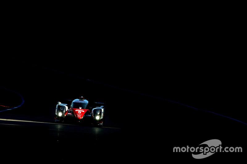 3. #5 Toyota im Dunkeln