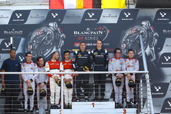 Podium: ganadores de la carrera Jules Szymkowiak, Bernd Schneider, segundo lugar Franck Perera, Marlon Stockinger, tercer lugar Enzo Ide, Christopher Mies