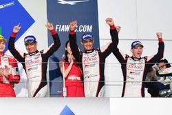 Podio LMP1: i vincitori della gara #6 Toyota Racing Toyota TS050 Hybrid: Stéphane Sarrazin, Mike Con