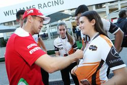 Sebastian Vettel, Ferrari firma autógrafos para los fans