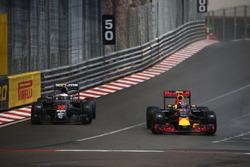 Jenson Button, McLaren Honda F1 Team MP4-31 y Max Verstappen, Red Bull Racing RB12