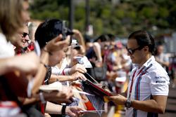 Felipe Massa, Williams, signeert handtekeningen voor de fans