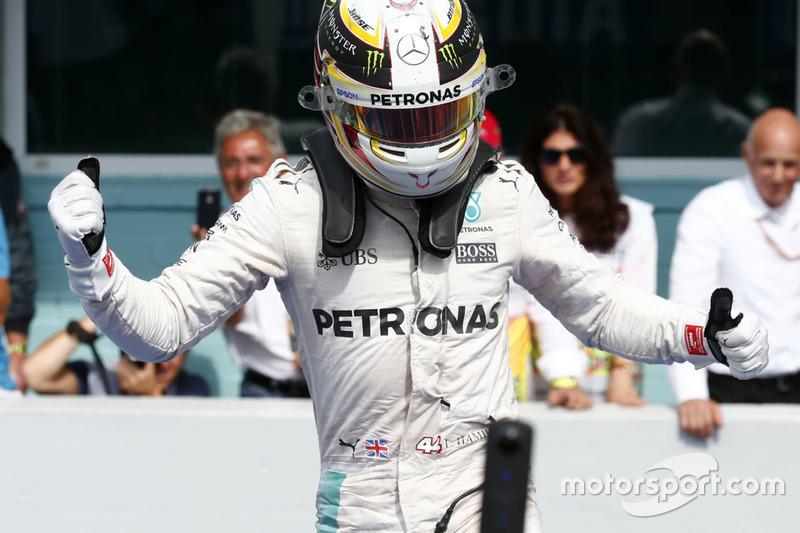 Yarış galibi Lewis Hamilton, Mercedes AMG F1 W07 Hybrid, parc ferme