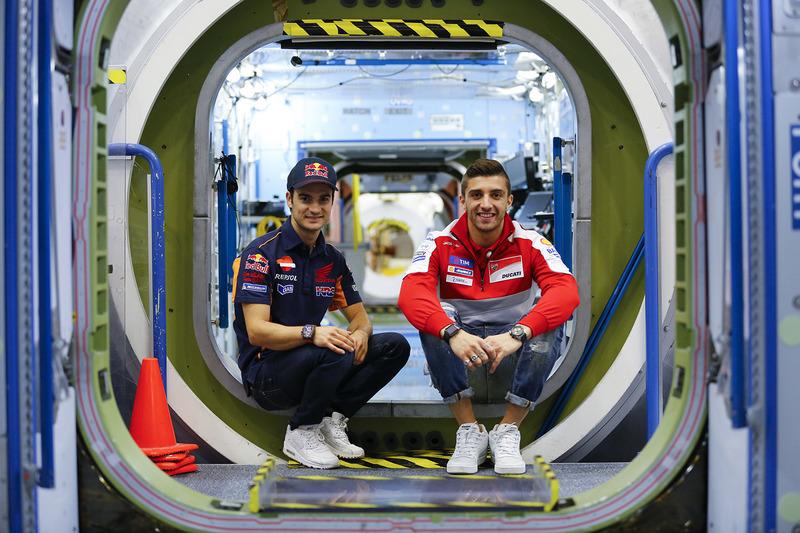 Andrea Iannone, Ducati Team, et Dani Pedrosa, Repsol Honda Team, visitent le NASA Johnson Space Center