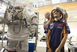 Dani Pedrosa, Repsol Honda Team teste une combinaison d'astronaute pendant une visite du Centre Spatial Johnson de la NASA