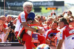 Le vainqueur Andrea Iannone, Ducati Team, avec Gigi Dall'Igna, Directeur général Ducati Corse