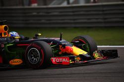 Daniel Ricciardo, Red Bull Racing RB12 avec de la peinture flow-vis sur l'aileron avant