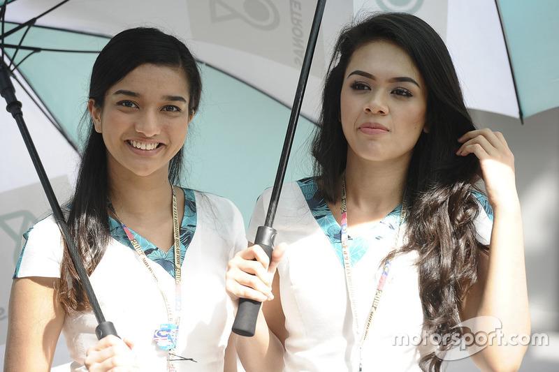 Grid girls Petronas