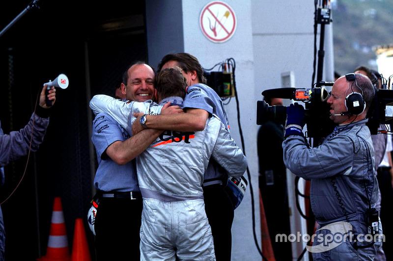 Ron Dennis et Mika Hakkinen, McLaren, fêtent les titres